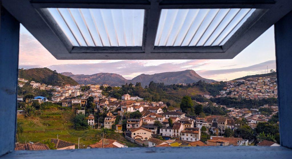 Retrato de uma janela aberta mostrando a cidade.