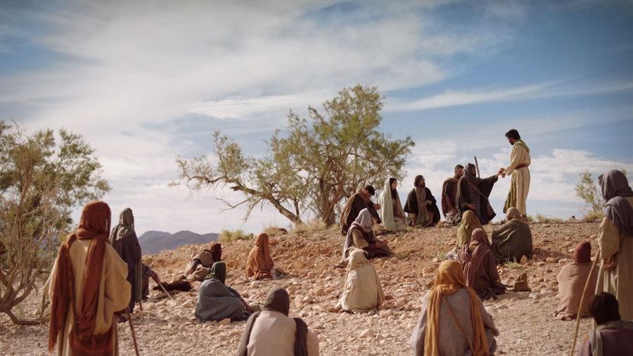 Imagem de jesus pregando aos seus seguidores no deserto.