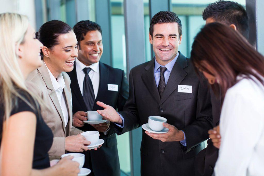 empresário engraçado contando uma piada durante a pausa para o café