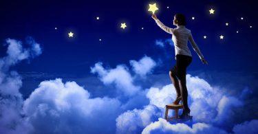 Homem em pé sobre nuvem pegando uma estrela