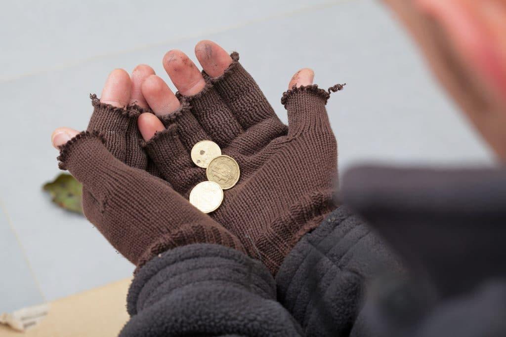 Mãos de mendigo, segurando moedas