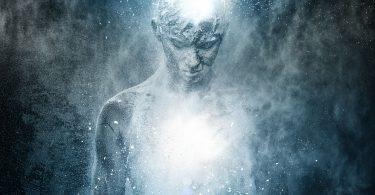 Homem com corpo espiritual iluminado envolto em energias