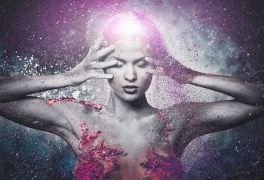 Mulher estilizada com universo no fundo e luz saindo de sua cabeça