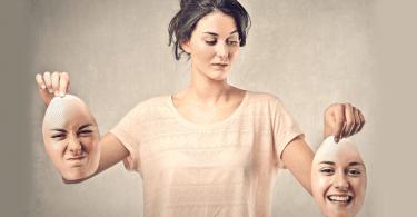 Mulher segurando duas expressões de seu rosto