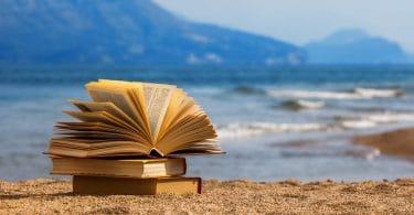 Livros abertos sobre a areia da praia