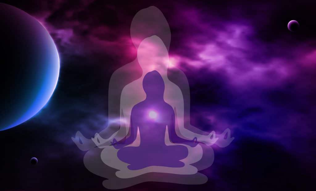 Silhueta de uma mulher meditando com um fundo de universo.