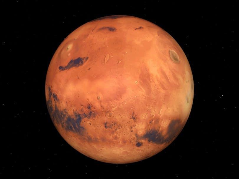 Planeta Marte, vermelho e com crateras em sua superfície.