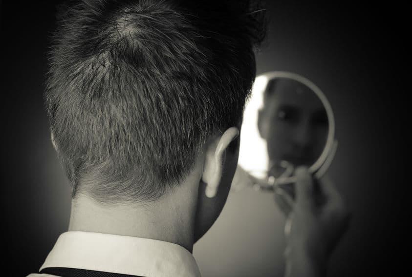 Olhando o próprio reflexo no espelho