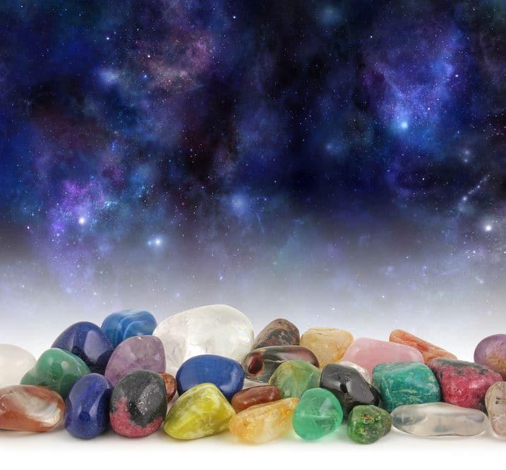 cristais em gema sob fundo de galáxia