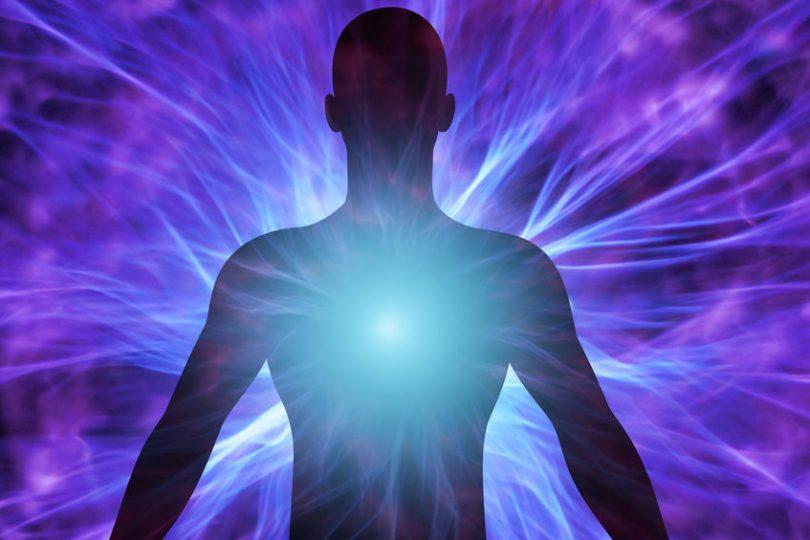 Luz emanando do peito de uma silhueta de homem