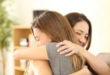 Duas meninas se abraçando