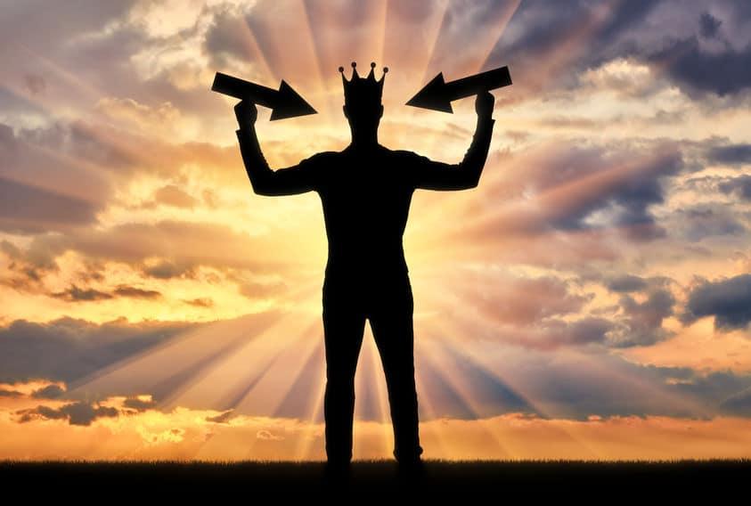 Homem com coroa segurando duas setas, uma em cada mão, que apontam para ele