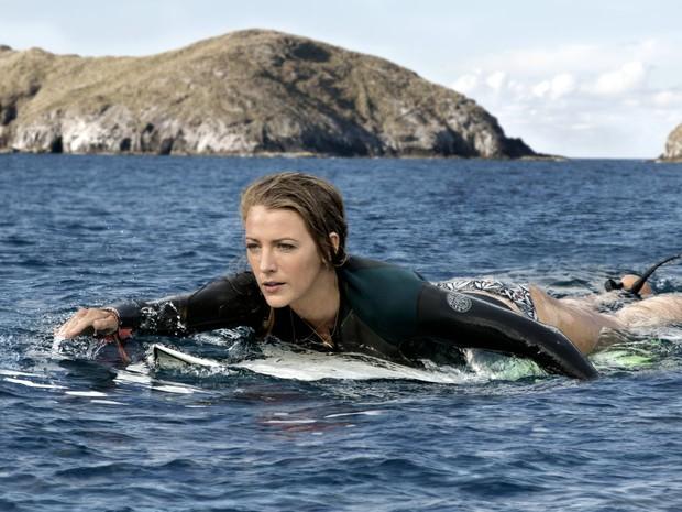 Atriz Blake Lively interpretando o papel de uma garota surfando no mar.