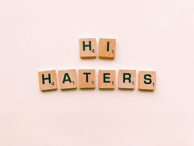 """Quadrados de madeira com letras escrito """"HI HATERS"""""""