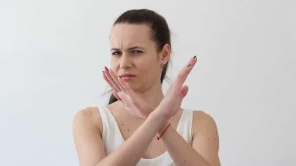 Mulher cruzando os braços em X