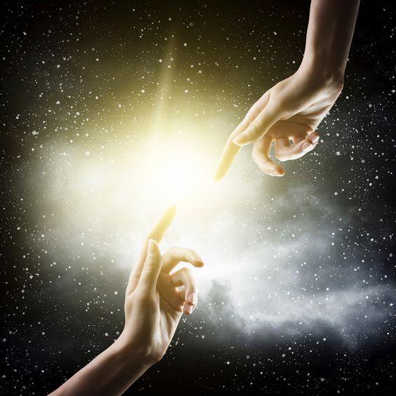 Duas mãos tocando seus dedos em uma forte luz
