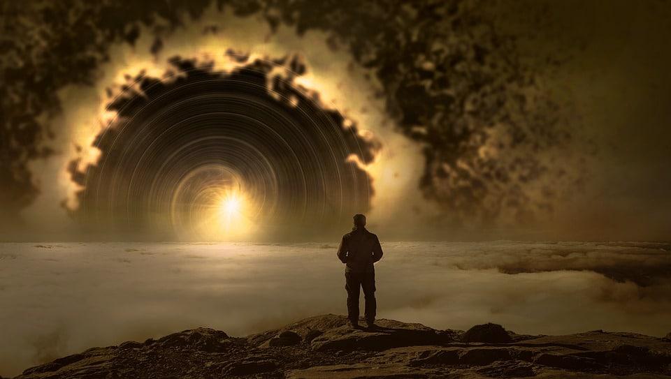 Homem em pé, na ponta de um penhasco, observando o horizonte, que é uma ilustração de uma espiral marro, cheio de fumaça , com uma luz no fundo.