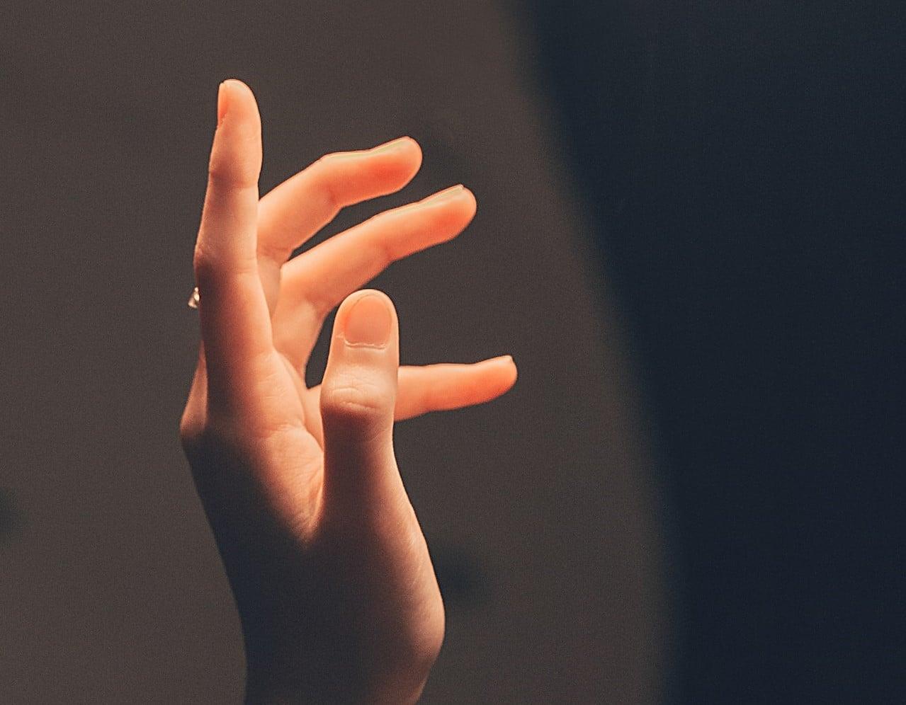 Mão iluminada para cima