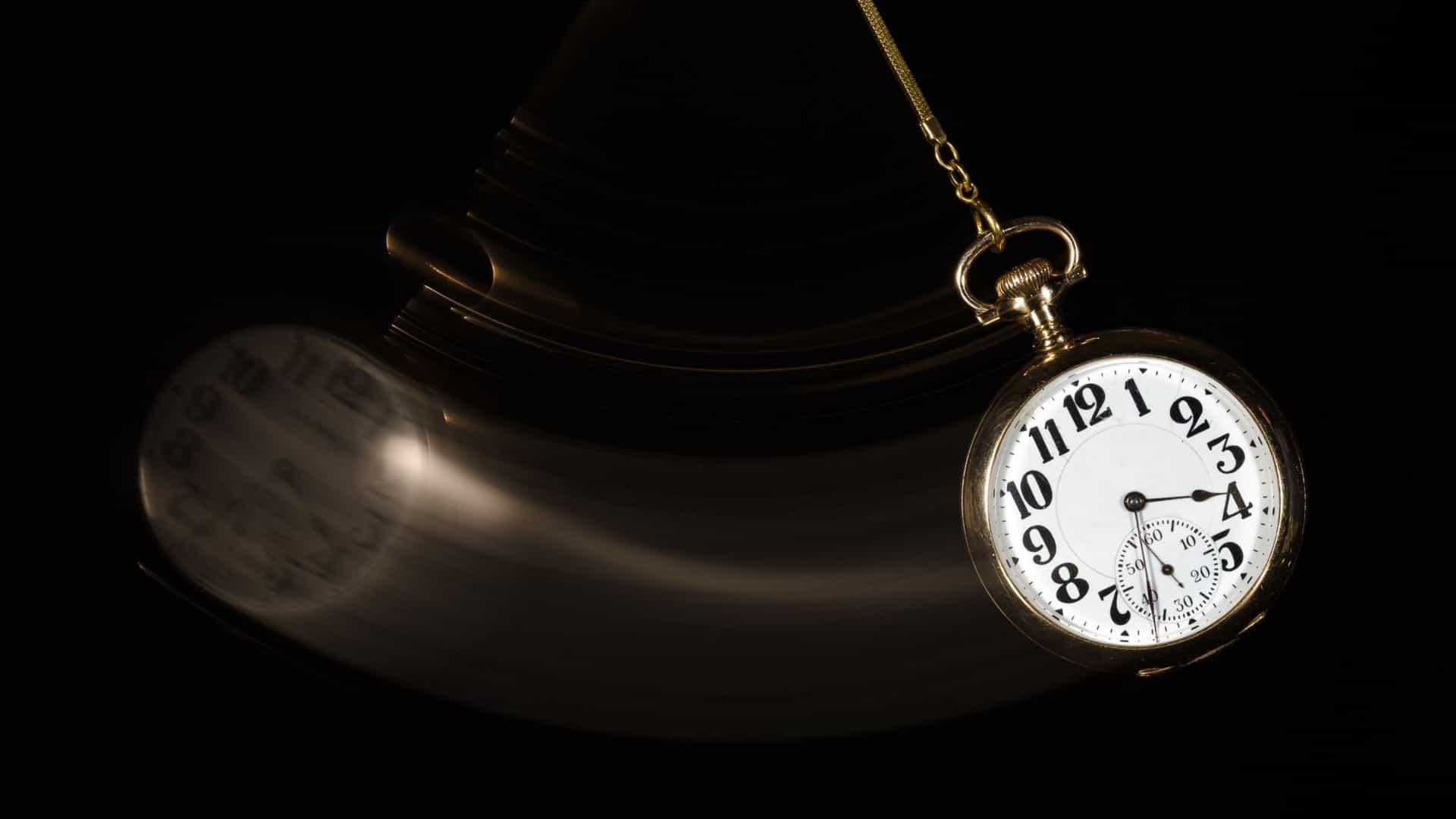 Relógio balançando em fundo preto