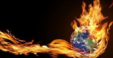 Ilustração do planeta terra envolvido em labaredas de fogo.