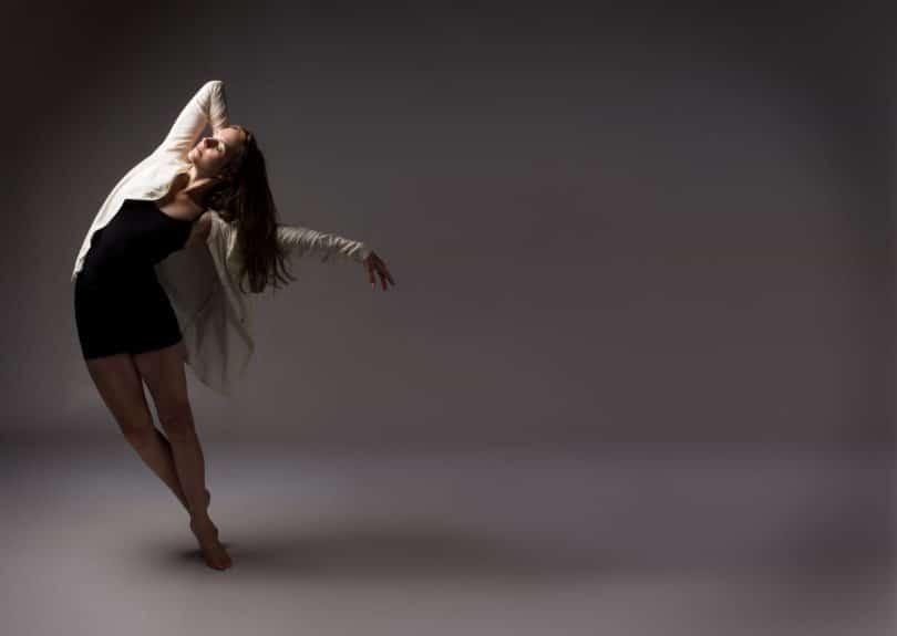 Bailarina em pose sobre as pontas dos pés
