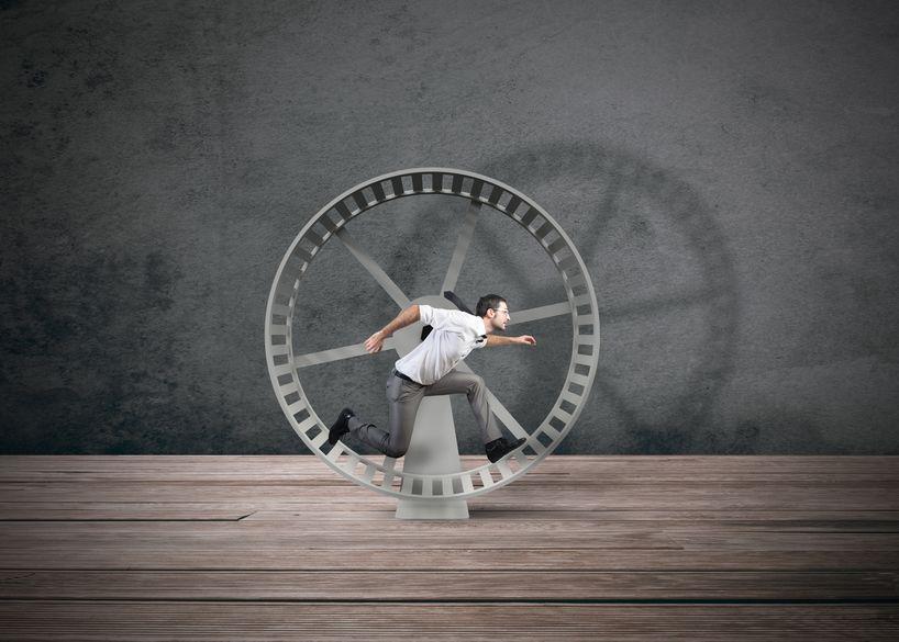 Homem correndo em roda de hamster