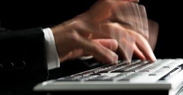 Mãos super rápidas digitando em teclado