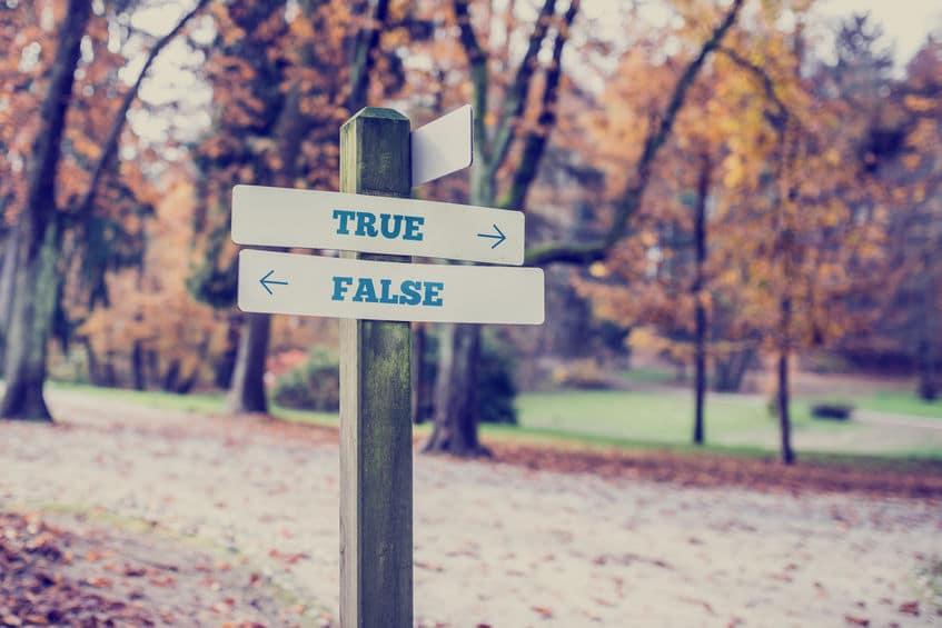 """Placa apontando em direções opostas, retratadas como """"verdade"""" e """"falsidade"""""""