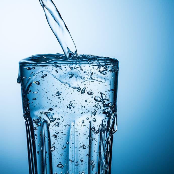 Copo de água transbordando