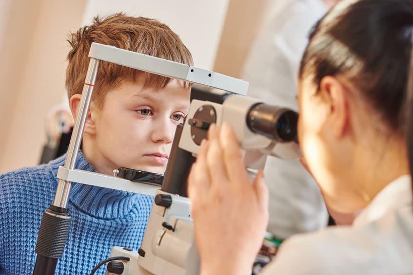 Criança fazendo exame de vista