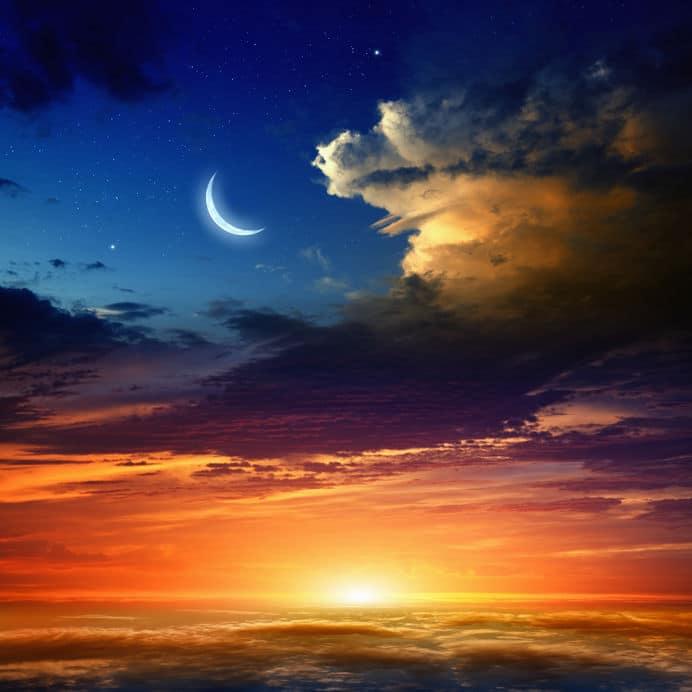 Lua Crescente cercada por nuvens