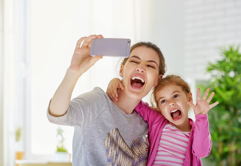 Mãe e filha tirando foto