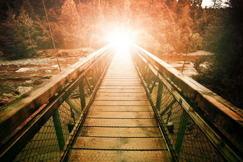 Forte luz no final de uma ponte