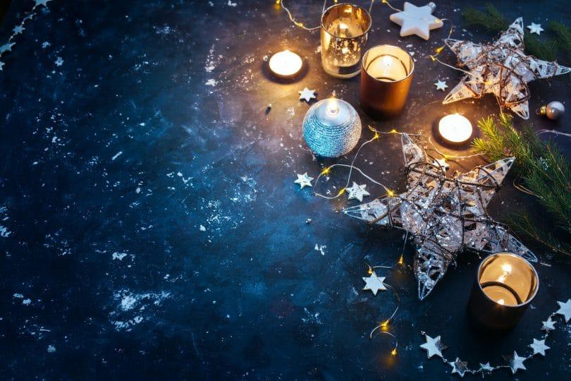Velas e estrelas no chão azul marinho
