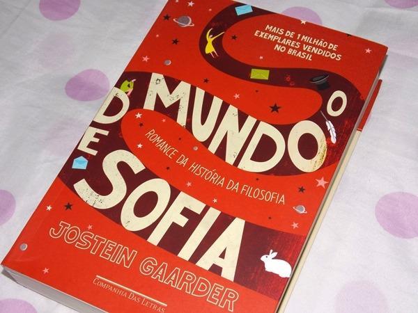 """Livro """"O Mundo de Sofia"""". A capa é vermelha com uma linha sinuosa pela qual perpassa o título."""