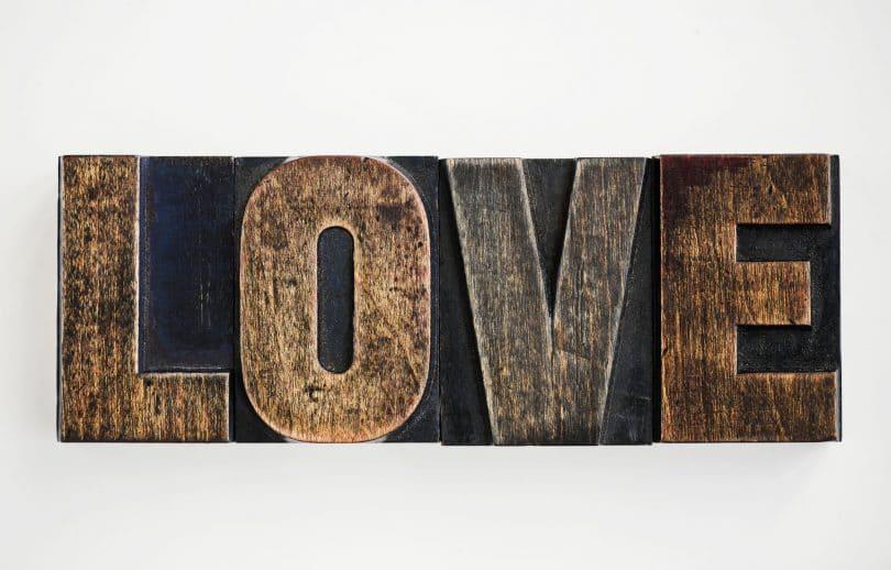 Palavra amor escrita em inglês, entalhada em um pedaço de madeira