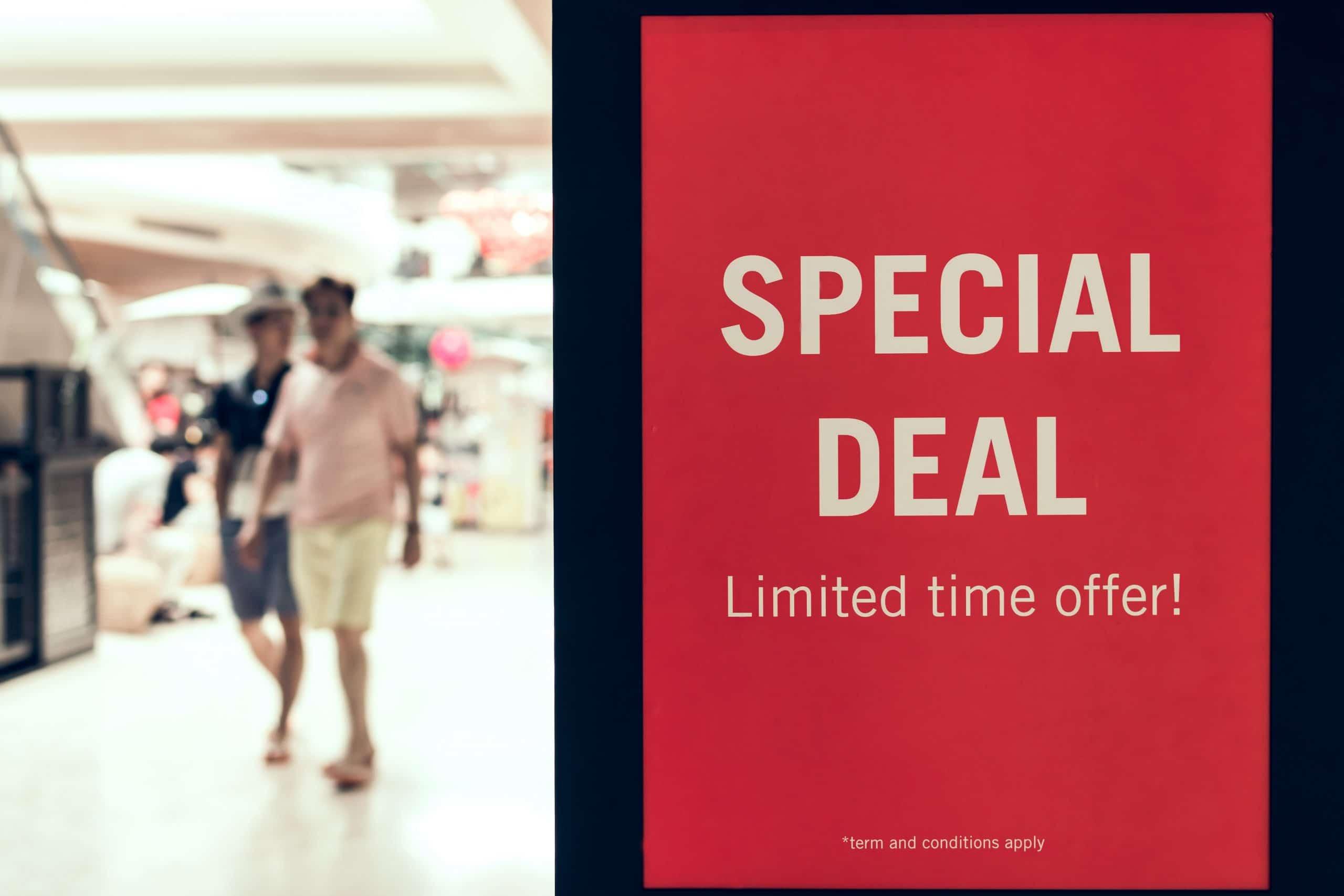 """Cartaz publicitário em um shopping com os dizeres, em inglês: """"Negócio especial. Oferta de tempo limitado!"""""""