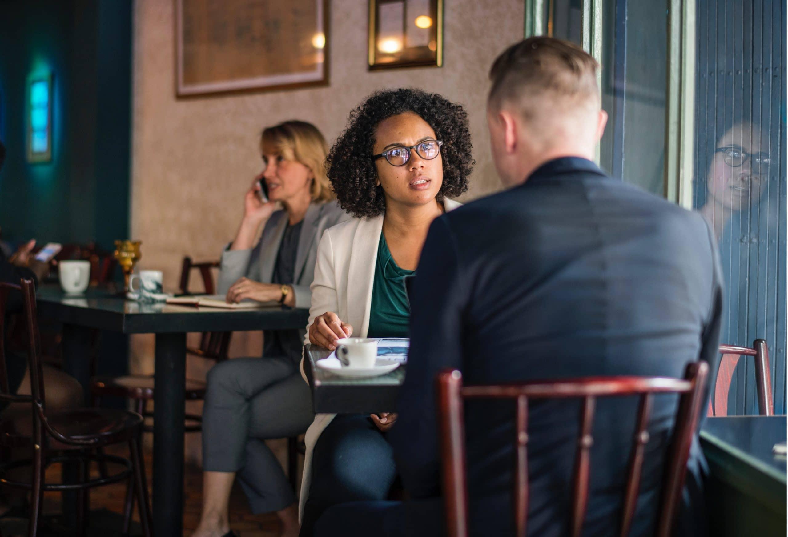 Duas pessoas discutindo em um restaurante.