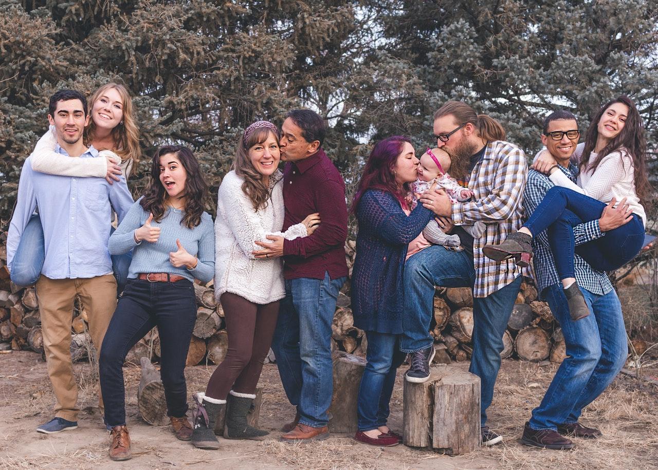 Família com várias gerações juntos e felizes