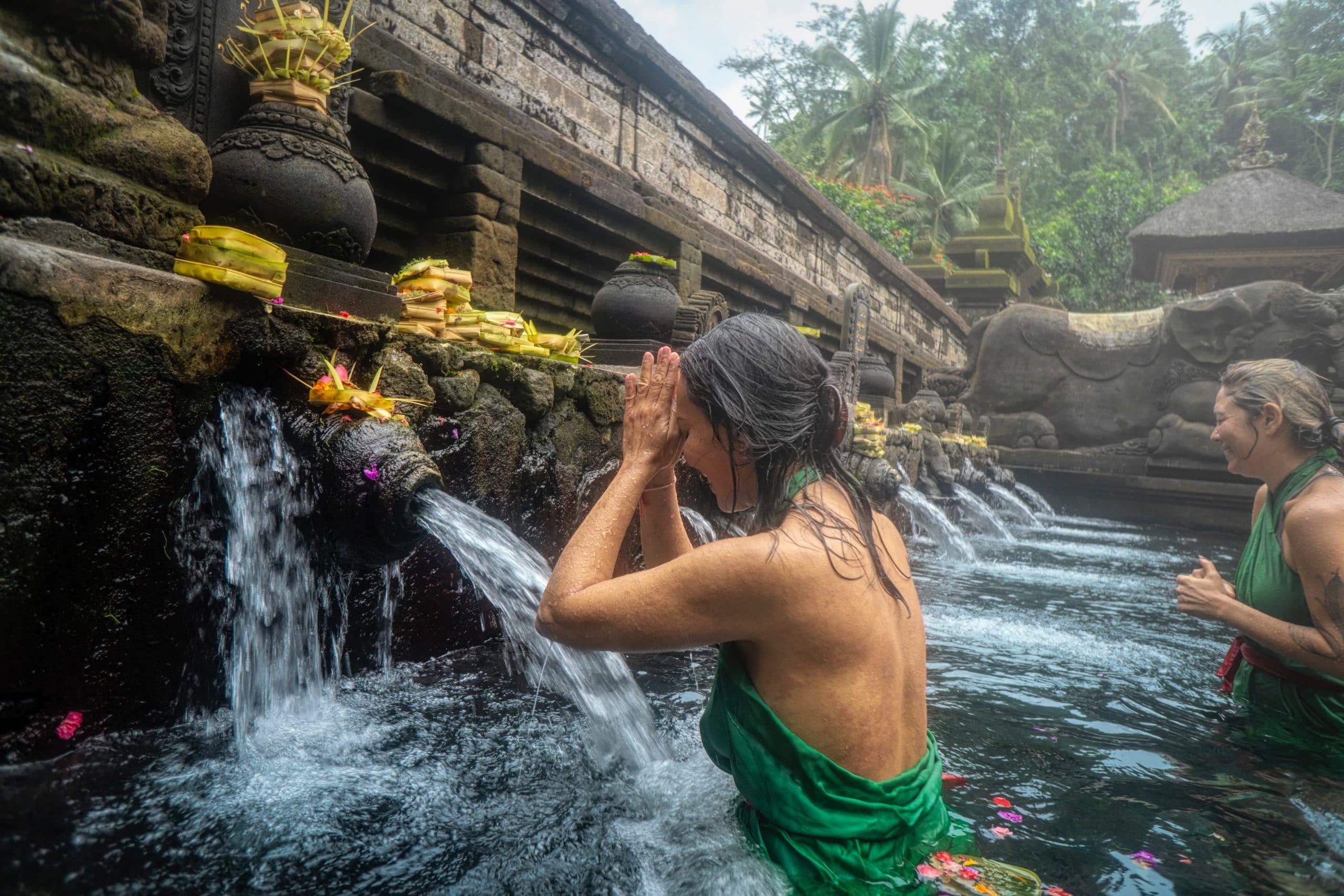 Mulheres tomando um banho espiritual em um templo.