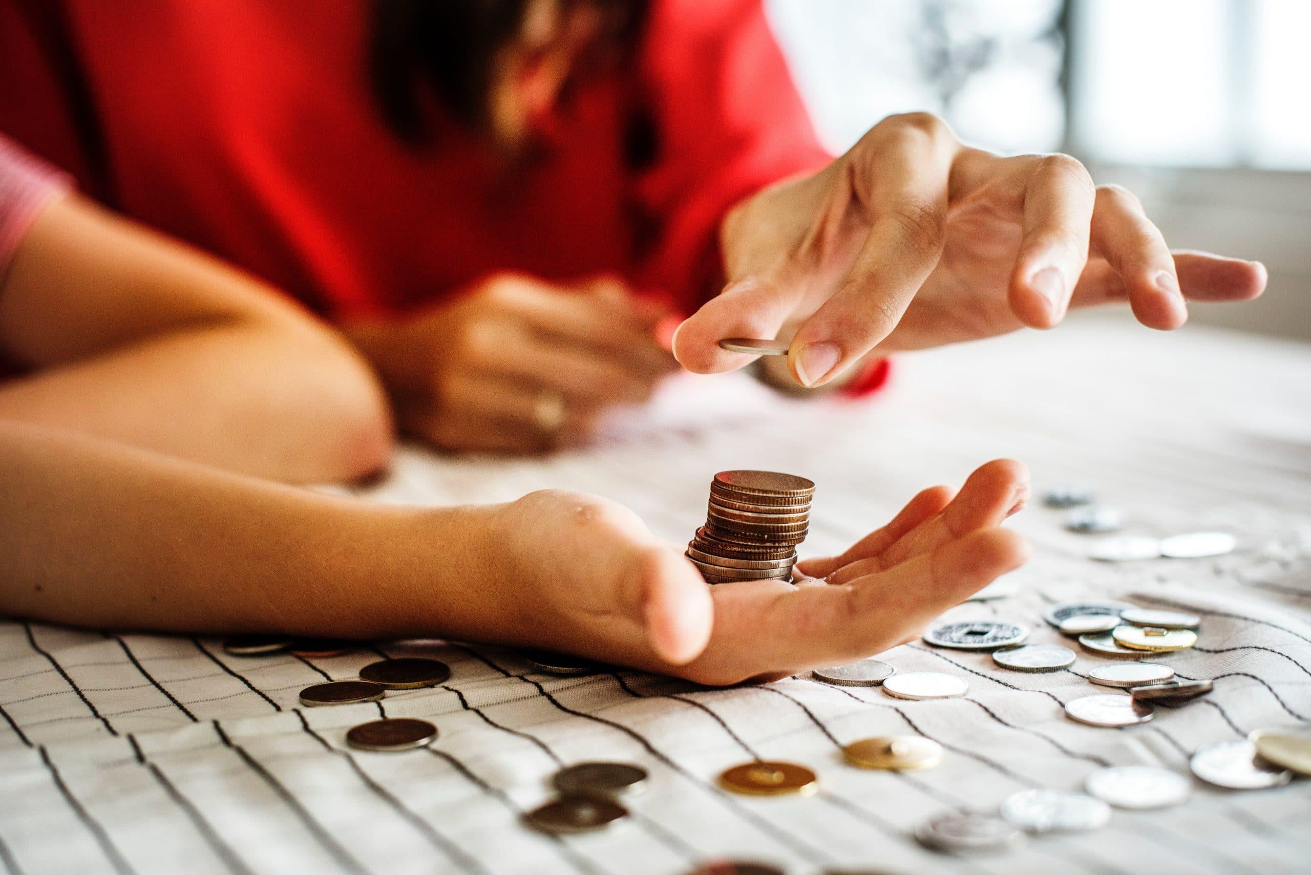 Duas pessoas contando moedas.