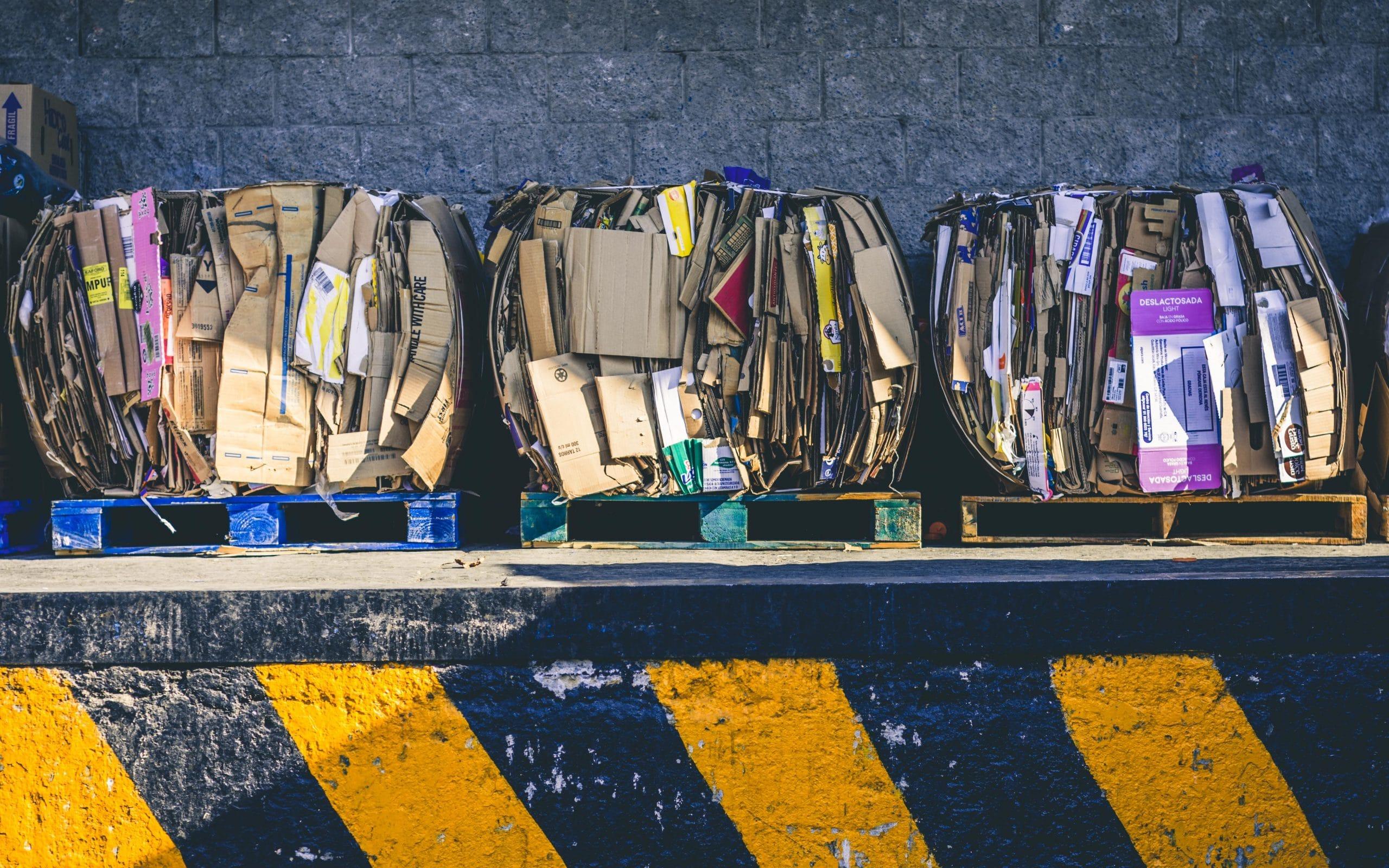 Lixo reciclável visto de cima separados em caixas