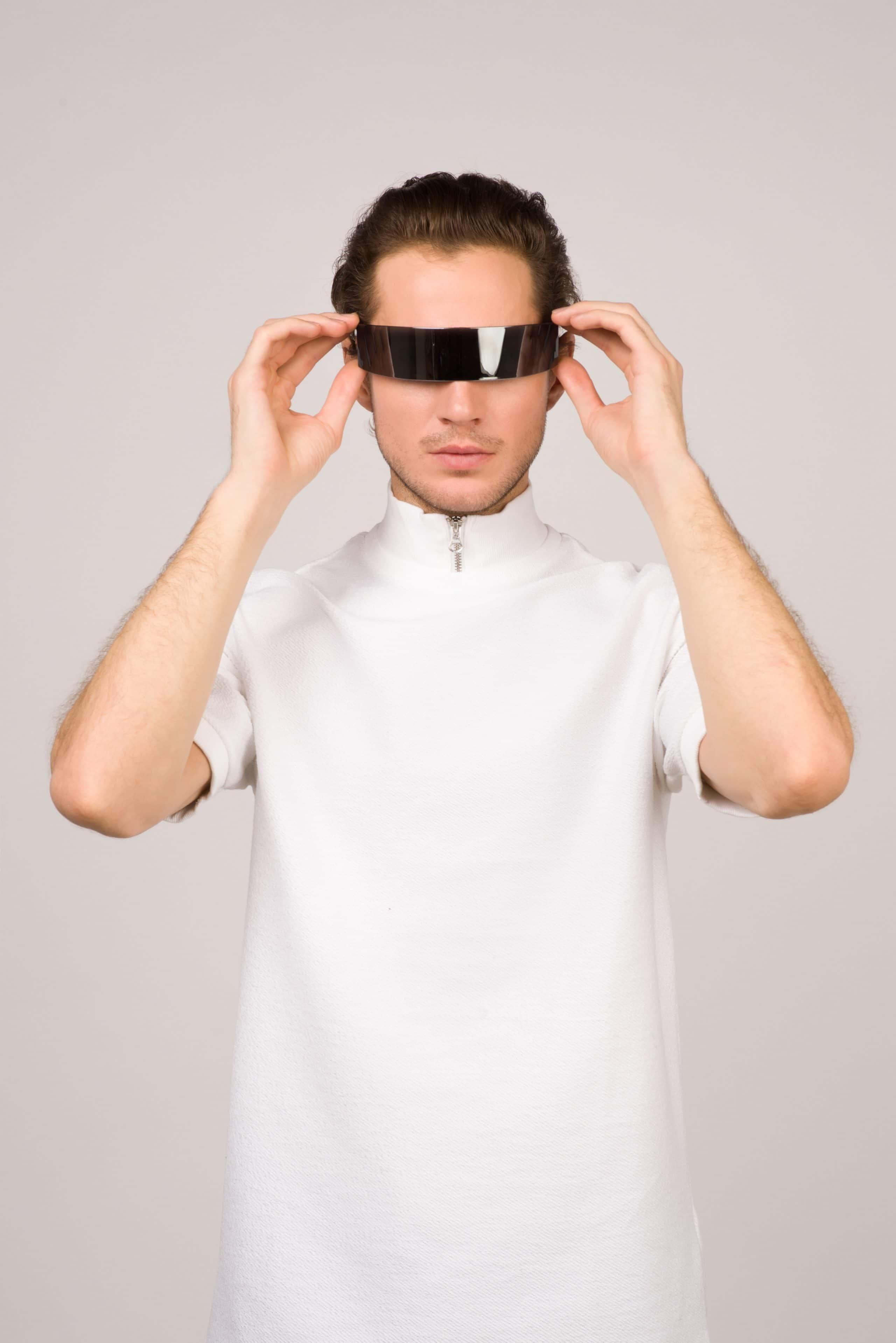 Homem com roupa branca e óculos futurista.