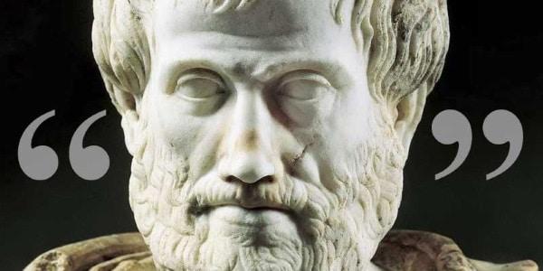 Escultura de Aristóteles entre aspas.