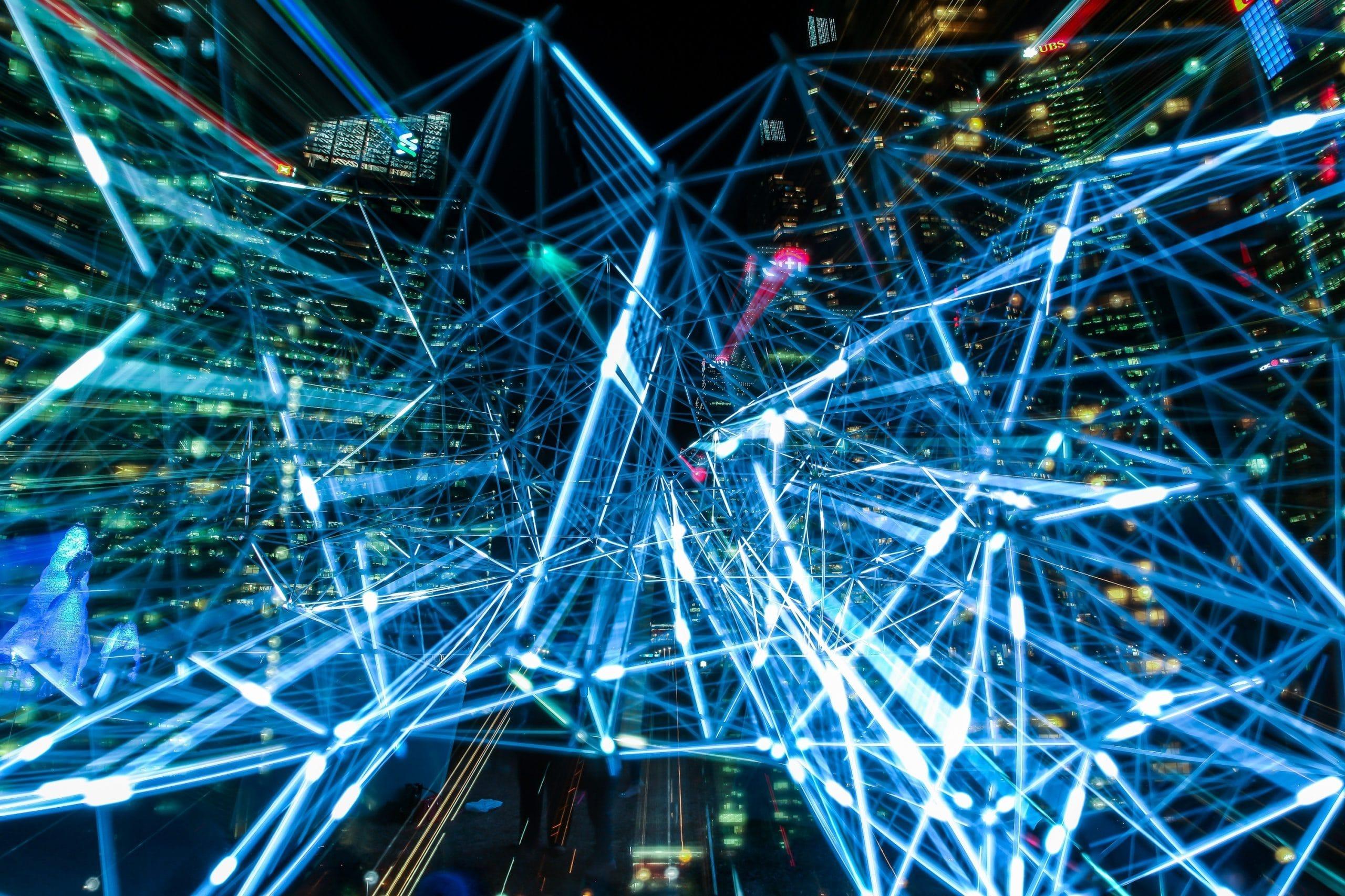 Luzes de uma rede tecnológica em meio às luzes da cidade.
