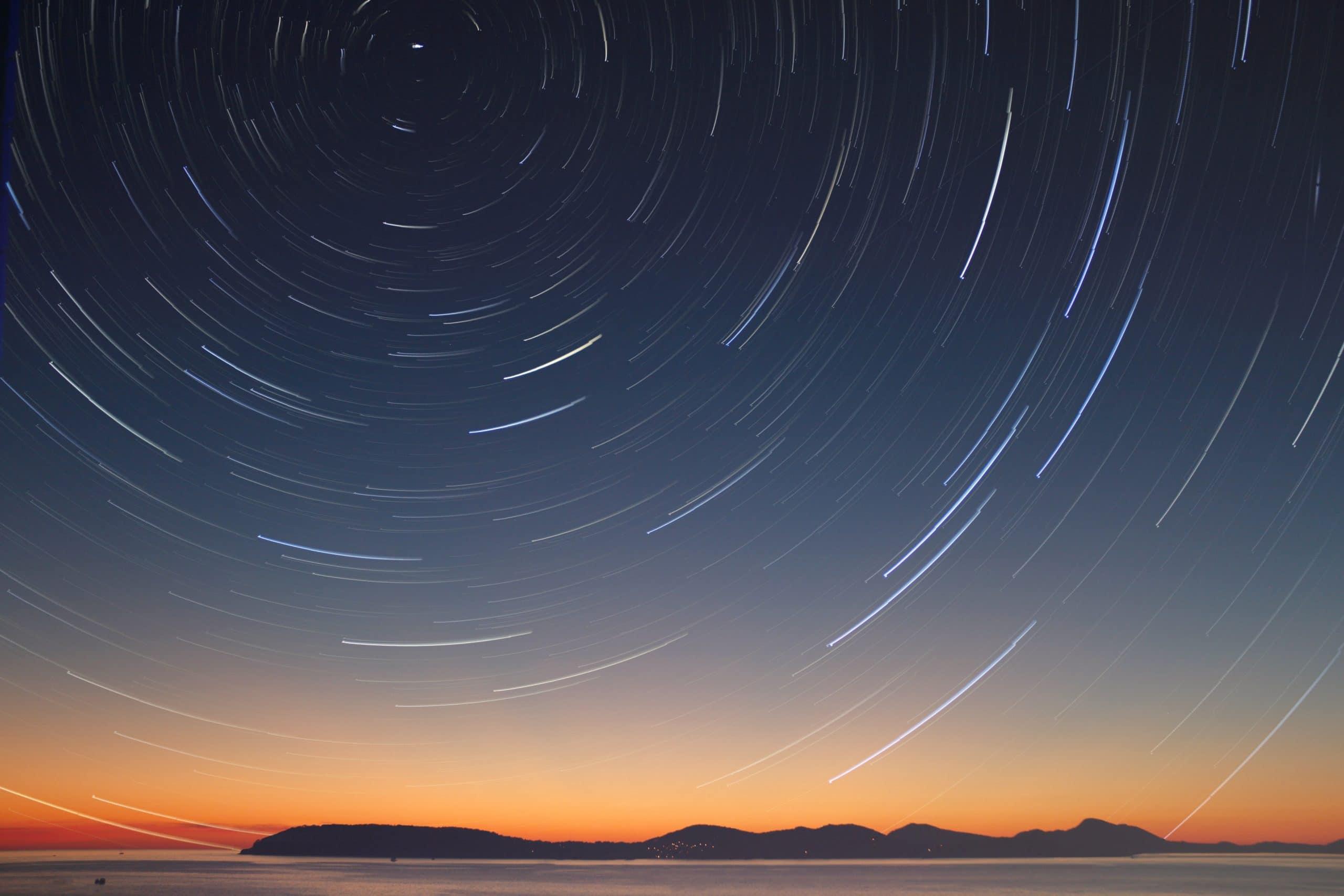 Céu cheio de estrelas em movimento.