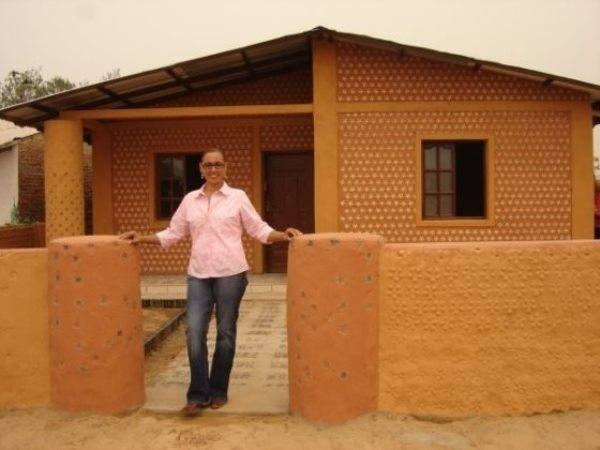 Ingrid com sua casa sustentável pronta