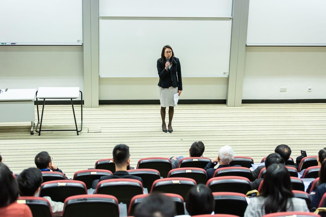 Mulher fazendo apresentação para plateia