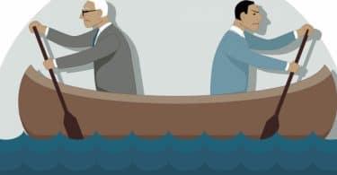 Dois homens de diferentes idades remando o mesmo barco para lados difentes