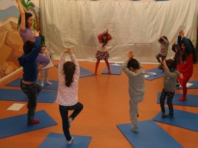 Crianças praticando yoga lúdico.
